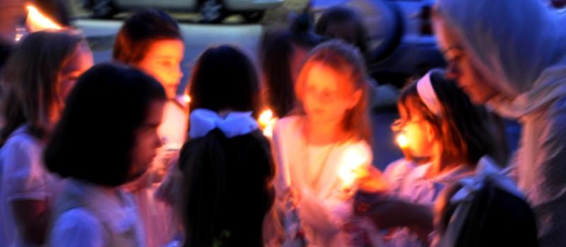 girls-w-candles-800x350